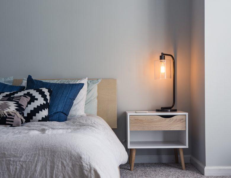 Łóżko do sypialni z materacem – jak wybrać odpowiednie?